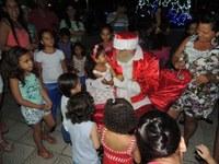 Chegada do Papai Noel a Barra do Garças é prestigiada por muitos populares