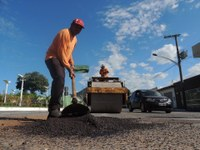 Tapa-buracos e troca de lâmpadas recomeçam após período de chuva em Barra do Garças