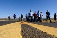 Taques vistoria obra na MT-100 e moradores agradecem avanço da pavimentação